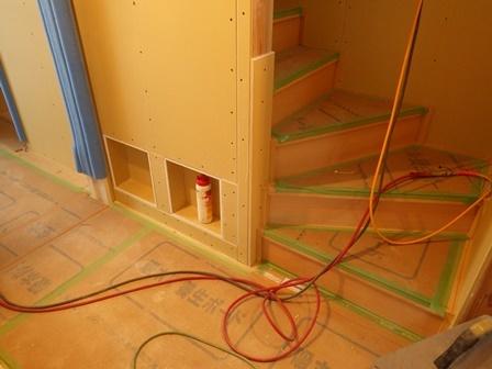 階段横ニッチ収納