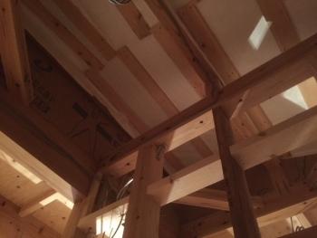 屋根裏の断熱下地施工