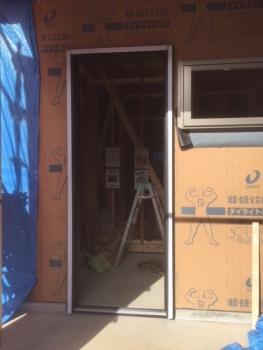 玄関サッシ枠の施工