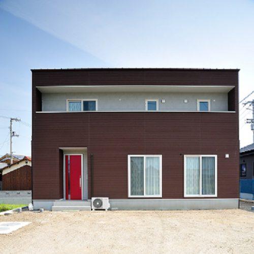 真っ赤な玄関が目印のお家